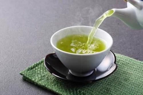 Bị chảy máu chân răng nên uống nước trà  mật ong