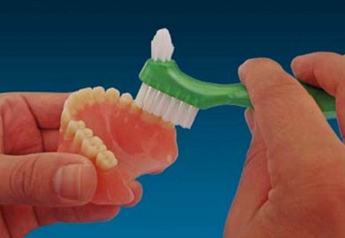 trồng răng giả tháo lắp bị hôi miệng thì phải làm sao 4