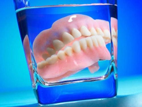 trồng răng giả tháo lắp bị hôi miệng thì phải làm sao 5